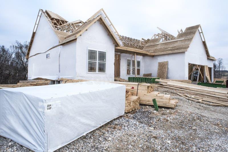 2x4 ` s e legname impilato davanti al nuovo cantiere domestico fotografie stock