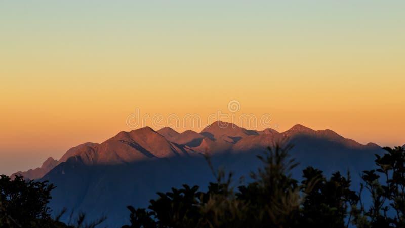 It& x27; s un il nuovo giorno alle montagne fotografia stock