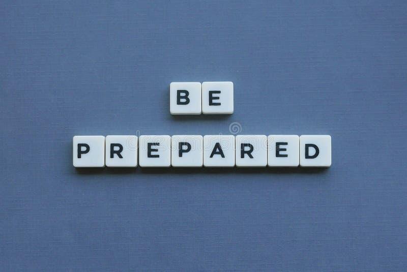 ' Seien Sie vorbereitetes ' Wort gemacht vom quadratischen Buchstabewort auf grauem Hintergrund stockfoto