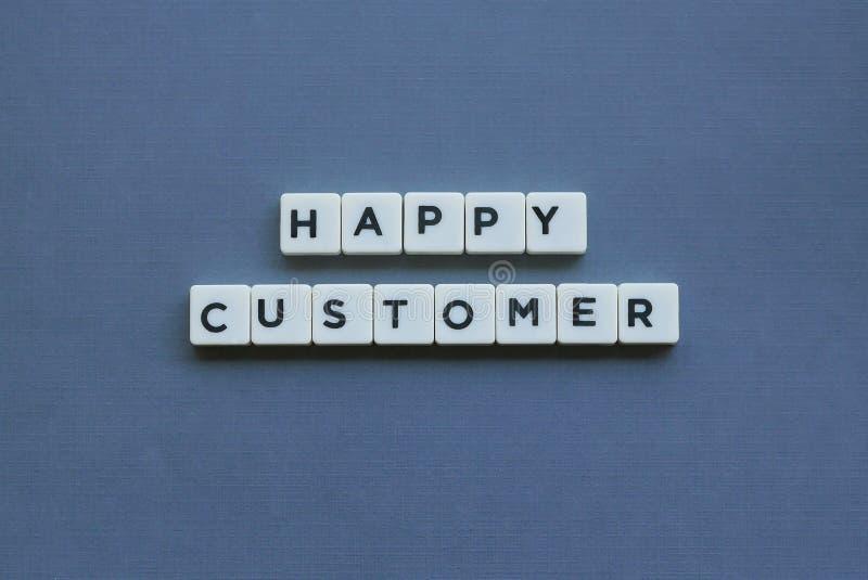 &-x27; Szczęśliwy klient &-x27; słowo robić kwadrata listu słowo na popielatym tle fotografia stock