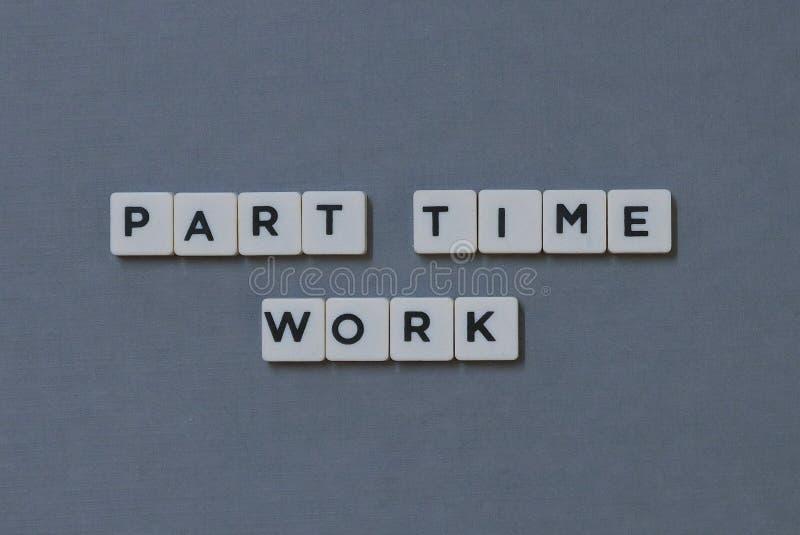 ' Teilzeitarbeit ' Wort gemacht vom quadratischen Buchstabewort auf grauem Hintergrund stockbilder