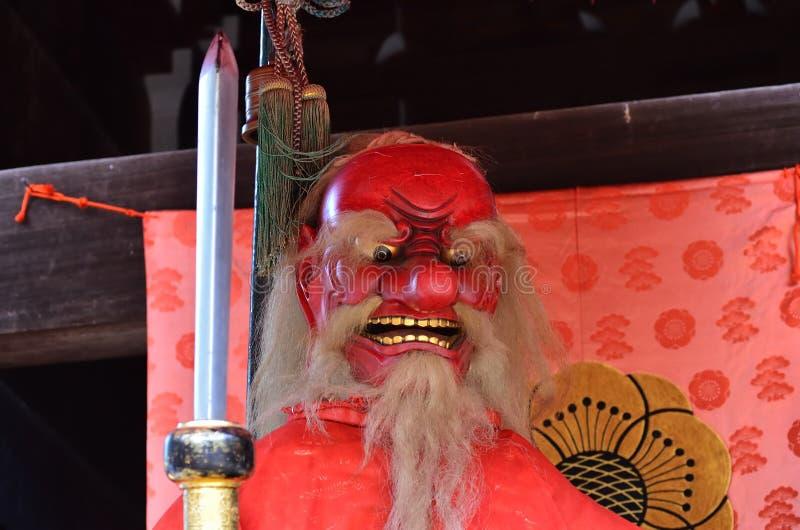 & x22; Tengu& x22; demônio da cara vermelha no santuário japonês kyoto fotos de stock