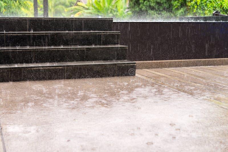 & x28; torrent& x29;在曼谷, Th下雨落在地板上,雨季节 免版税库存图片