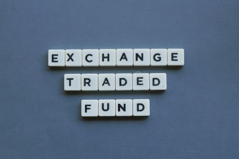 & x27; Uitwisseling Verhandelde Fonds & x27; woord dat van vierkant brievenwoord wordt gemaakt op grijze achtergrond royalty-vrije stock afbeelding