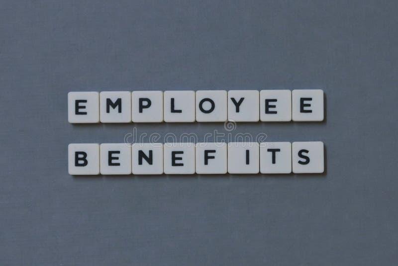 ' Ventajas de empleado ' palabra hecha de palabra cuadrada de la letra en fondo gris fotos de archivo libres de regalías