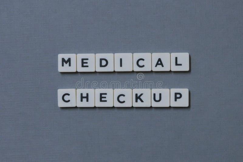 ' ; Visite médicale ' ; mot fait en mot carré de lettre sur le fond gris photo stock