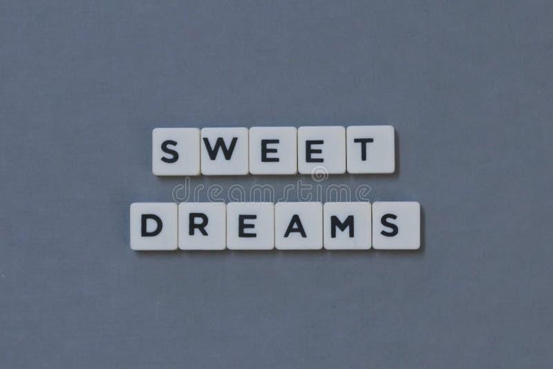 & x27; Zoete Dromen & x27; woord van vierkant brievenwoord wordt gemaakt op grijze achtergrond die stock fotografie