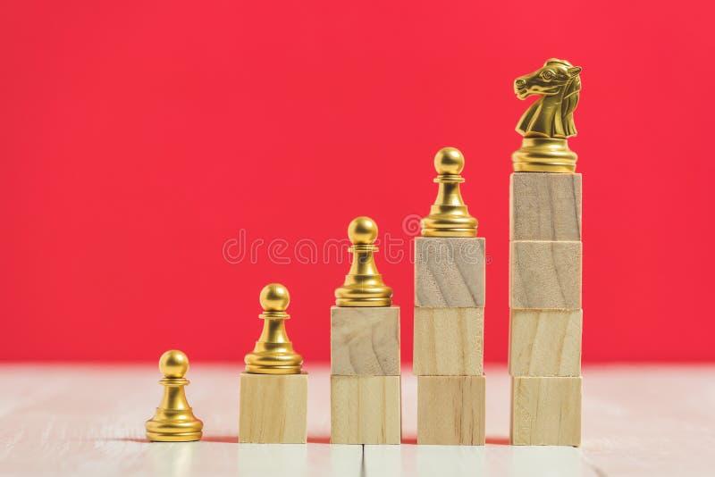 Xadrez na pilha dos blocos de apartamentos de madeira do cubo no fundo vermelho imagem de stock
