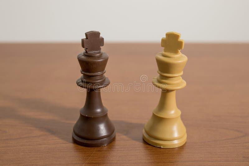 A xadrez, rei remenda em uma tabela de madeira decorada fotografia de stock royalty free