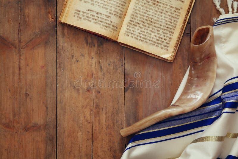 Xaile de oração - símbolo religioso judaico de Tallit e de Shofar (chifre) imagem de stock