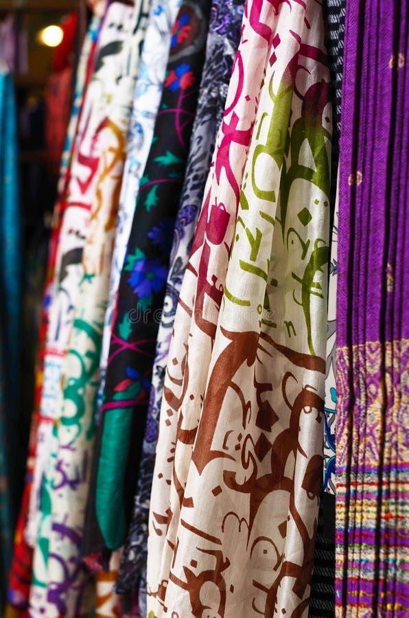 Xailes de seda que penduram no mercado de rua imagem de stock royalty free