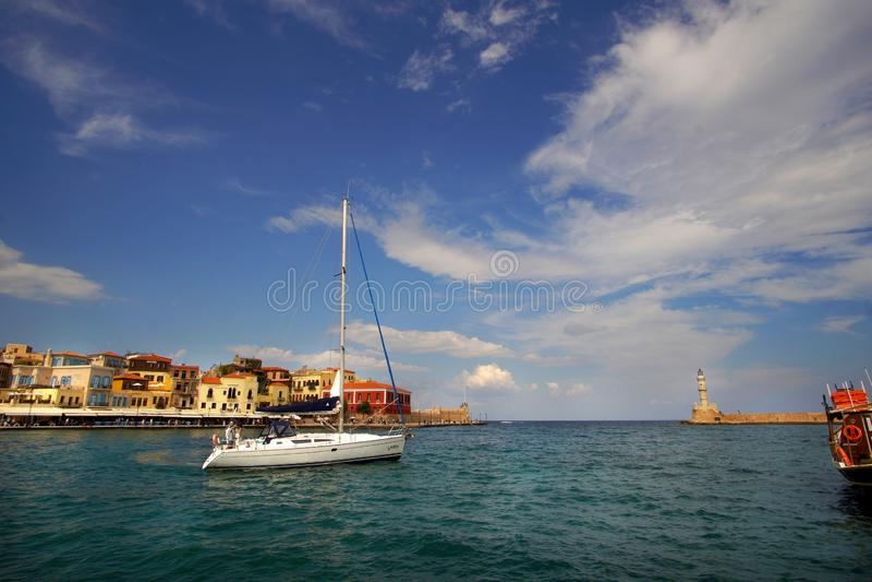 Xania, Crète, le 1er octobre 2018 vue panoramique du port vénitien avec son phare antique et un navire de navigation photo stock