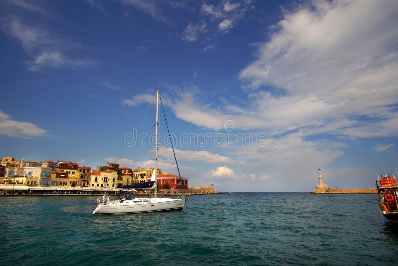 Xania, Kreta, am 1. Oktober 2018 Panoramablick des venetianischen Hafens mit seinem alten Leuchtturm und einem Segelschiff stockfoto