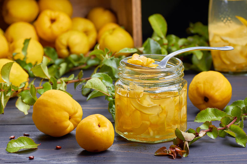 Xarope do marmelo japonês no fundo dos frutos frescos foto de stock royalty free