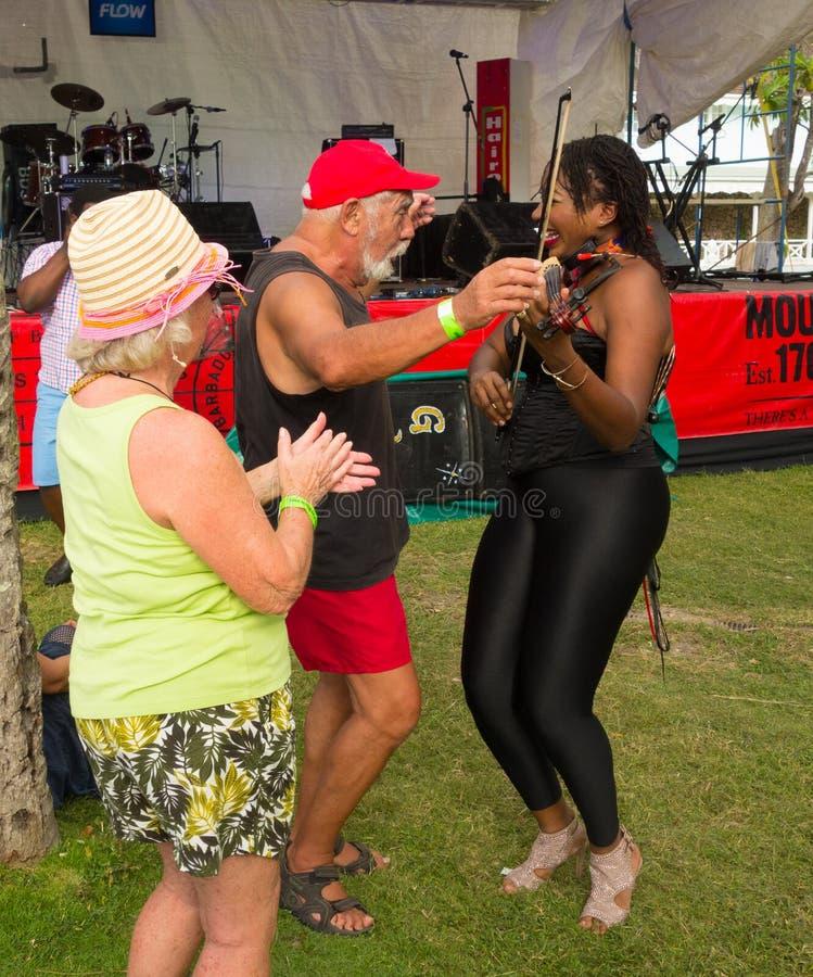 Xavieren stränger att utföra på den bequia musikfesten royaltyfria foton