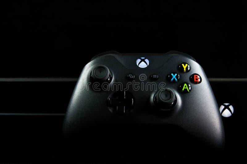 Xbox één geïsoleerd videospelletje en controlemechanisme stock afbeeldingen