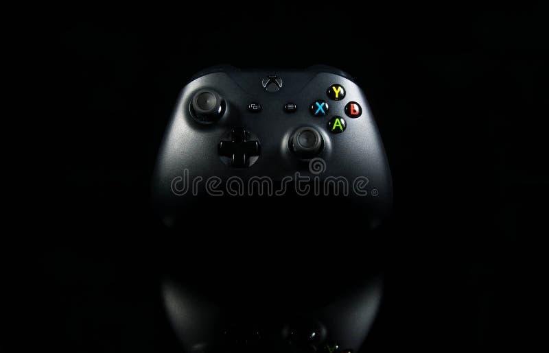 Xbox se reflétant un contrôleur de jeu vidéo sur la surface noire brillante photo stock