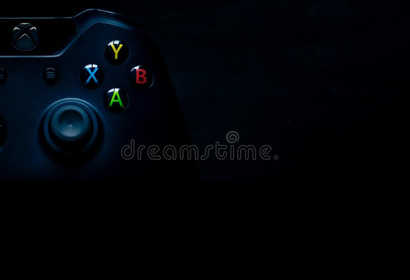 Xbox um controlador senta-se no canto da imagem como o material da apresenta??o imagens de stock royalty free
