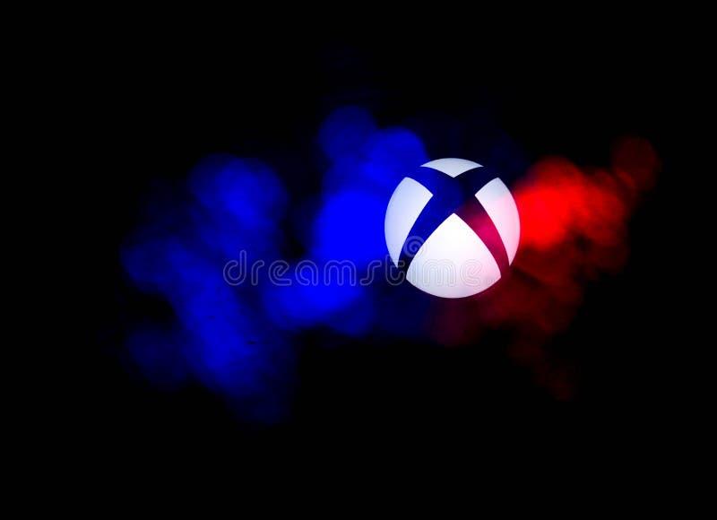Xbox um logotipo do jogo de vídeo com luzes conduzidas coloridas imagens de stock