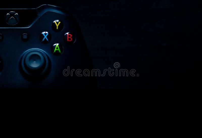 Xbox un regulador se sienta en la esquina de la imagen como material de la presentaci?n imágenes de archivo libres de regalías