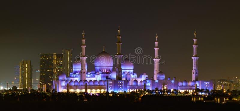 Xeique Zayed Mosque como visto na noite com lua foto de stock royalty free