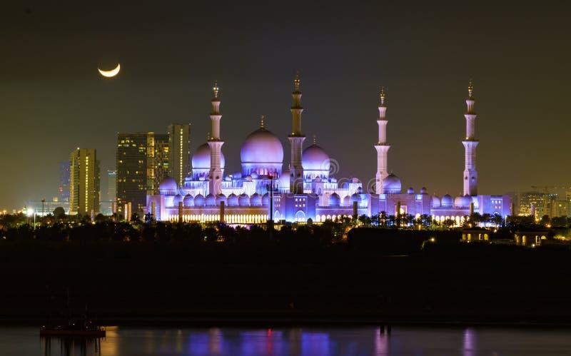 Xeique Zayed Mosque como visto na noite com lua fotos de stock royalty free