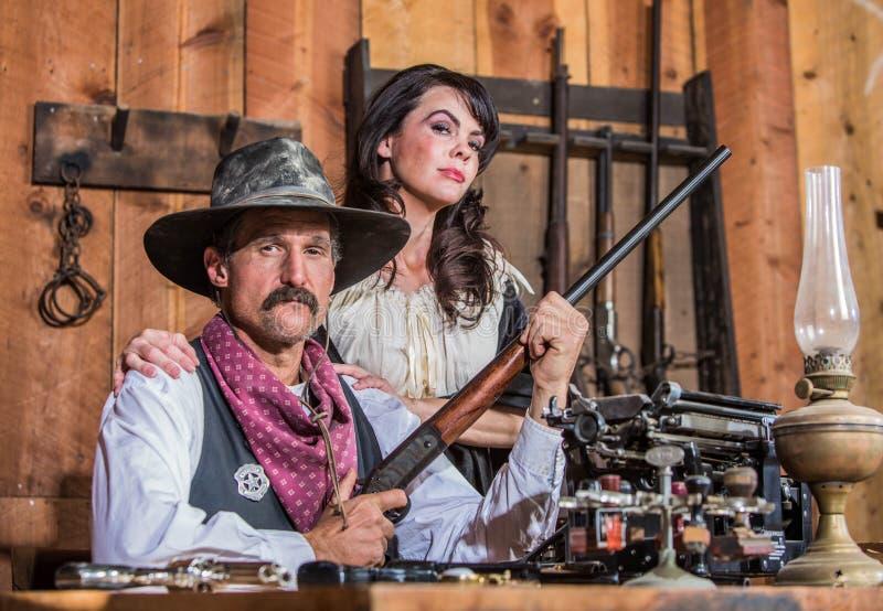 Xerife ocidental Poses With Woman imagem de stock
