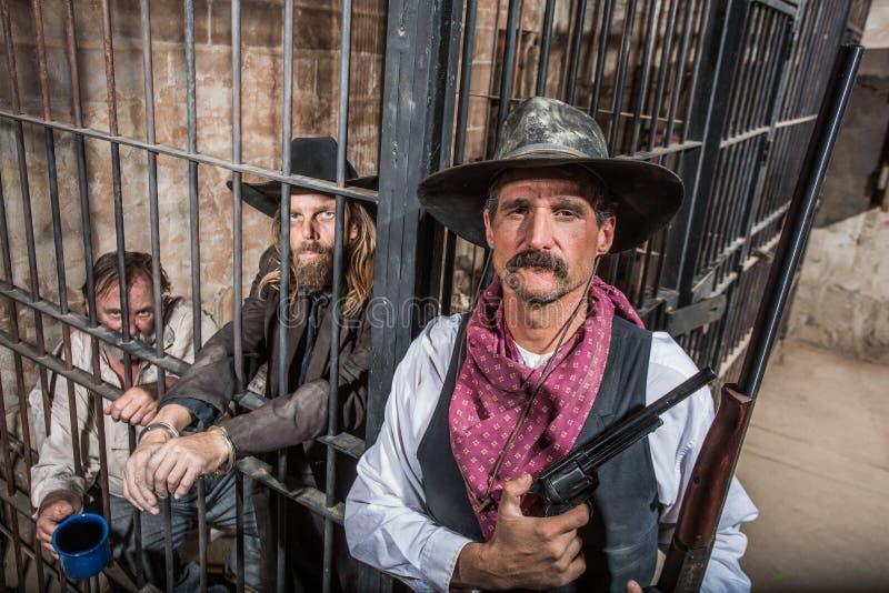 Xerife Poses With Prisoners foto de stock