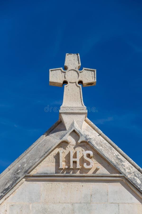 Xghajra, Malta - 9. Mai 2017: Kreuz auf Eingang zu Marinekirchhof Kalkara stockfotos