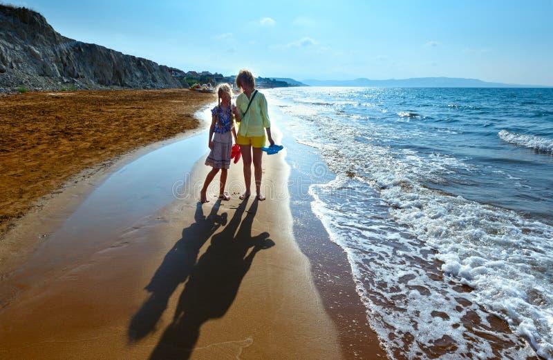 XI海滩早晨视图和家庭(希腊, Kefalonia) 图库摄影