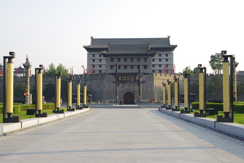 ` Xi uma parede da cidade e um cenário da cidade imagem de stock