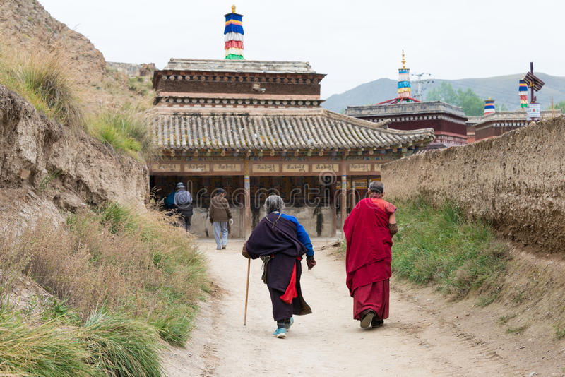 XIAHE, КИТАЙ - 27-ОЕ СЕНТЯБРЯ 2014: Паломник на монастыре Labrang famo стоковые изображения