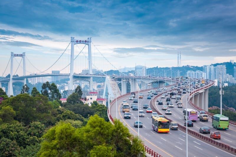 Xiamen haicang brug bij schemer met bezig verkeer stock afbeeldingen