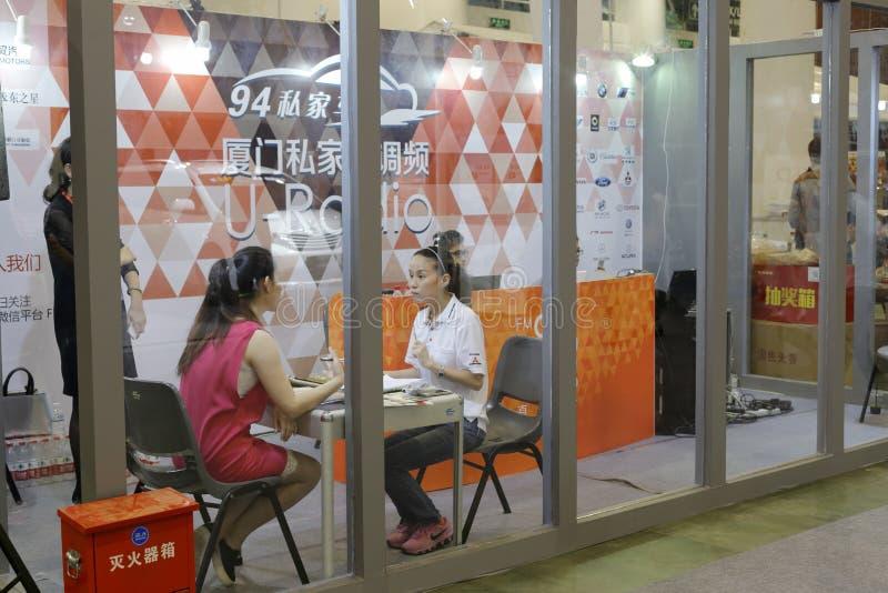 Xiamen radio levend gesprek in autotoonzaal stock foto's