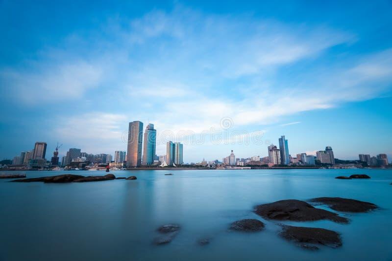 Xiamen, stadshorizon bij schemering stock afbeelding