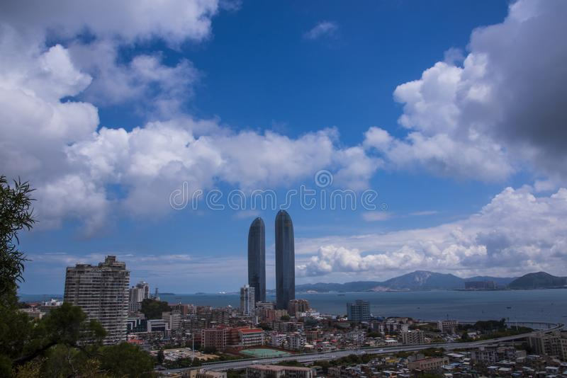 Xiamen Tweelingtorens onder t大海hij blauwe hemel stock foto's