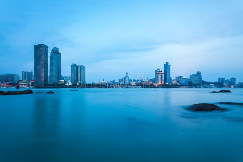 Xiamenhorizon in het vallen van de avond stock fotografie