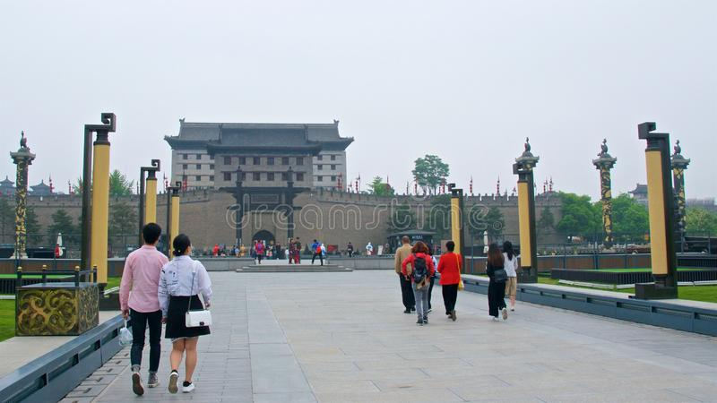 Xian, Cina - maggio 2019: Turisti che visitano il vecchio muro di cinta in Xian, Cina fotografia stock libera da diritti