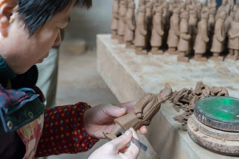 XIAN KINA, NOVEMBER 20: Krigare för arbetardanandeterrakotta i Xian China, November 20 2017 royaltyfria bilder