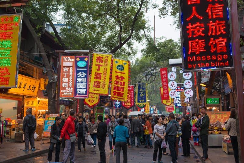XIAN KINA - OKTOBER 20 2014: Muslimsk gata i Xian Det Hui folket är royaltyfri foto