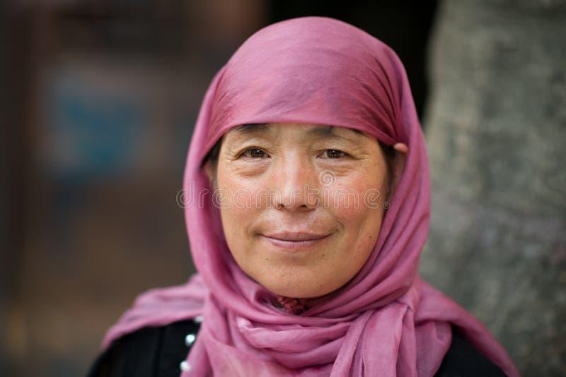 Xian, Shaanxi, China - 08 11 2016: Hijab que lleva y sonrisa de la mujer musulmán madura de Hui Chinese fotos de archivo