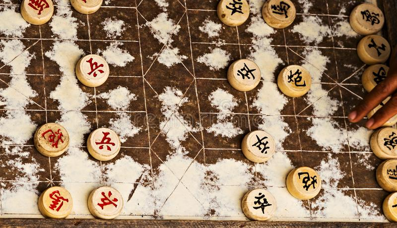 Xiangqi eller kinesiskt schack, är en mycket populär lek i asiatiska länder royaltyfri fotografi