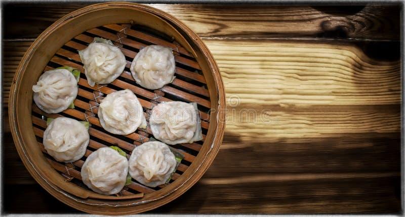 Xiaolongbao cuit à la vapeur dénommé par Taiwanais délicieux dans le vapeur en bambou images stock