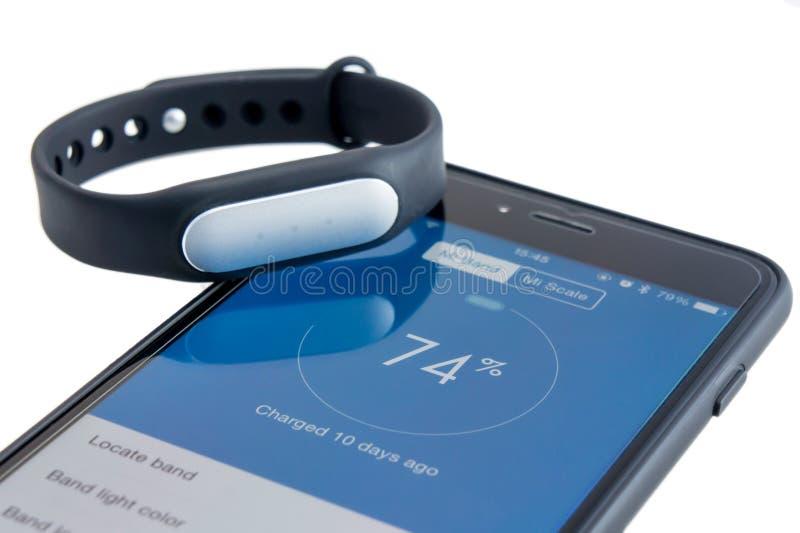 Xiaomi Mi zespół na iPhone 6 Plus obraz stock