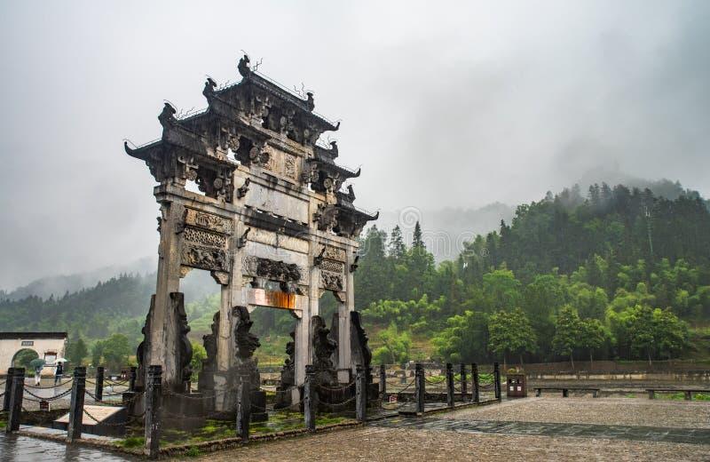 Xidi-Dorf im Regen lizenzfreie stockbilder