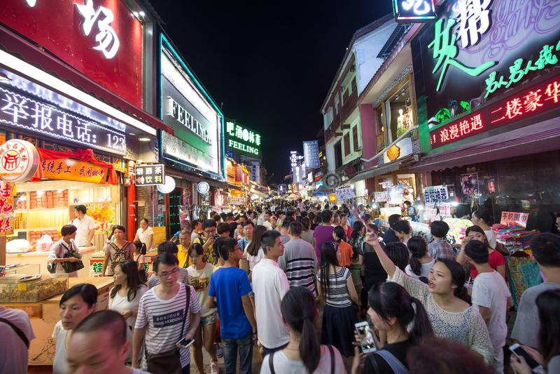Xijie de Yangshuo a hacer compras imágenes de archivo libres de regalías