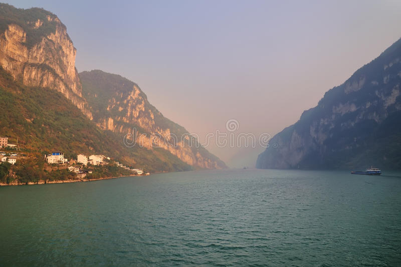 Xiling Gorge ao longo do Rio Yangtzé foto de stock