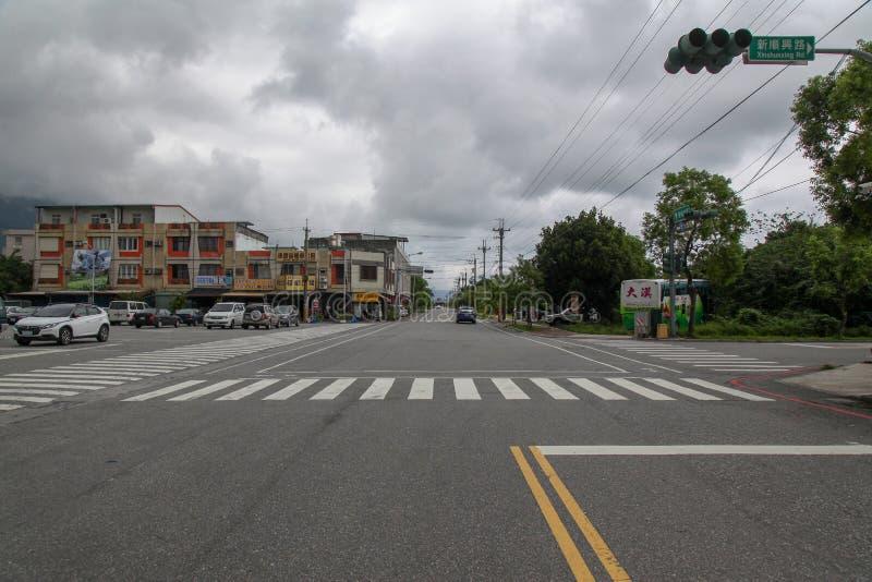 Xincheng, Тайван-октябрь 16,2018: Дорога и автостоянка перед вокзалом taroko Xincheng новая станция перед дождливым днем стоковое фото rf