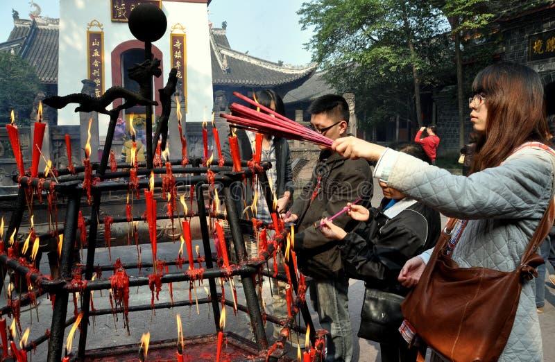 Xindu, Cina: Bastoni di incenso di illuminazione al tempiale fotografia stock