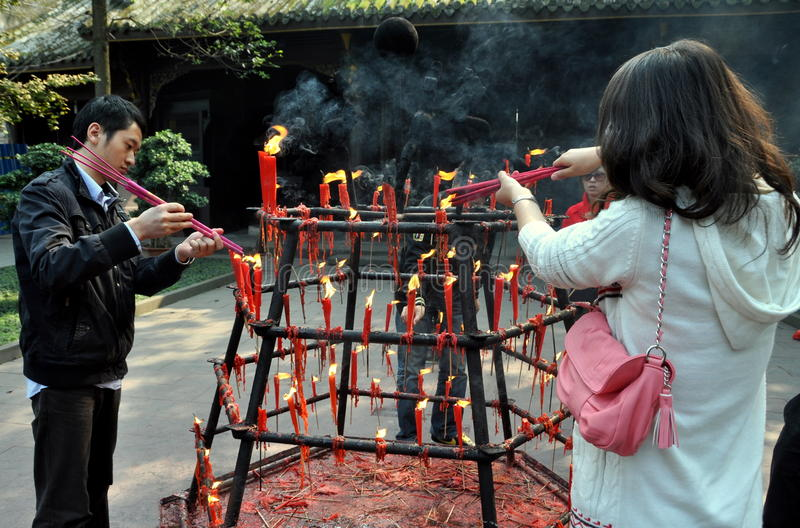 Xindu, Cina: Bastoni di incenso di illuminazione della gente immagine stock